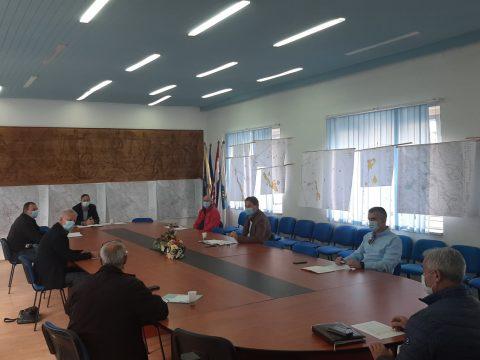 prikaz sastanka vezanog za epidemiološke mjere - slika dvorane i sudionika